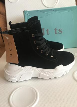 Женские зимние ботинки из натуральной замши на платформе в наличии