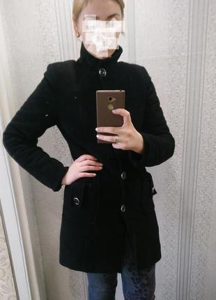 Классическое чёрное пальто на пуговицах с карманами