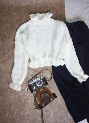 Свитер молочного цвета. белый свитер с оборками италия