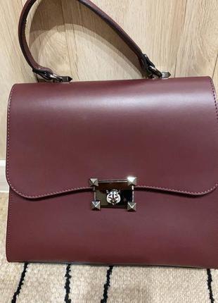 Фирменная итальянская кожаная сумка бордо длинный ремешок новая