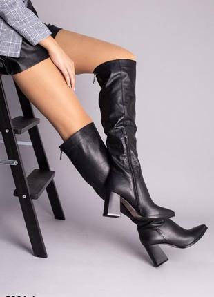Черные сапоги ботфорты на каблуке кожаные
