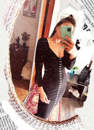 Трендовое черное платье миди по фигуре на крючках