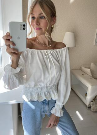 Белая блузка с открытыми плечами ришелье прошва