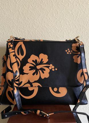 Яркая сумка с цветочным орнаментом