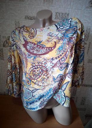 Укороченная блуза на запах с принтом