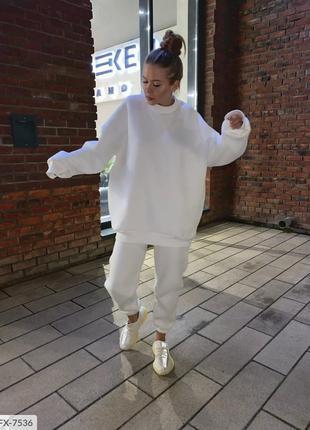 Тёплый белый спортивный костюм на флисе