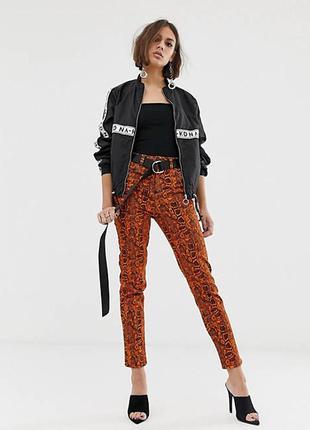 Оранжевые джинсы скинни с неоновым змеиным принтом