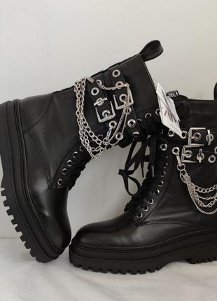 Кожаные ботинки zara на рыфленной подошве с цепочкой и шнуровкой.