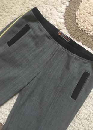 Стильные брюки с тонкими лампасами
