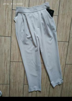 Зауженные стильные брюки с боковыми карманами