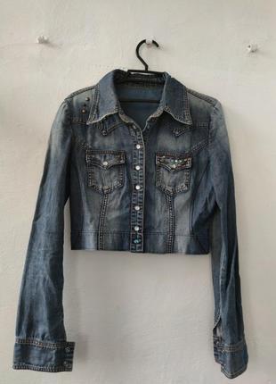 Укороченная джинсовка, очень стильно выглядит