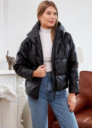 Женская короткая куртка из эко кожи с капюшоном