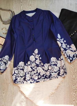 Синяя длинная рубашка блуза туника с белым цветочным принтом рисунком нарядная стойка