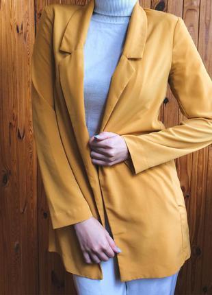 Піджак жовтого кольору stradivarius