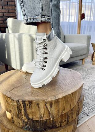 Белые ботинки- хайкеры из текстурной кожи питон (осень зима)