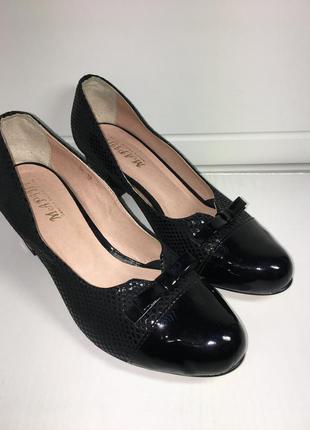 Стильные туфли лодочки из натуральной кожи на среднем каблуке