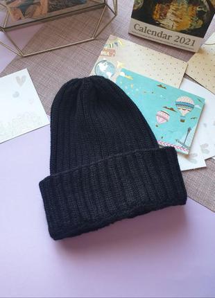 Чорна зимова шапка