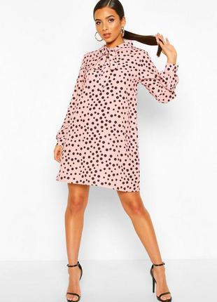 Стильное платье в горошек boohoo розовое