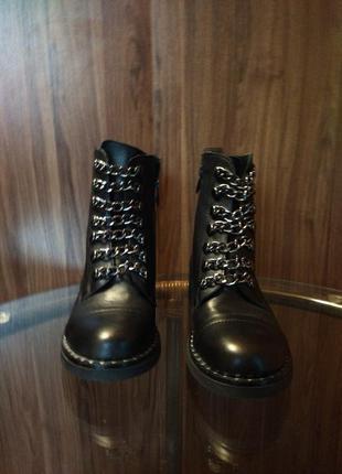 Демисезонные ботинки, декорированные цепями