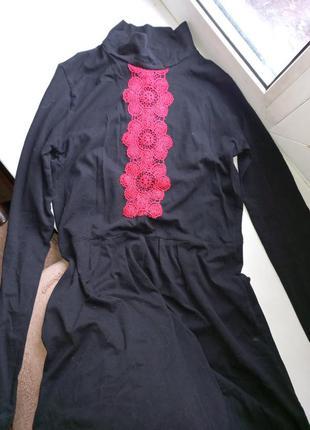 Шикарное платье осенее с нашивками с вышивкой с горлом