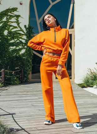 Оранжевый спортивный костюм с укорочённой кофтой