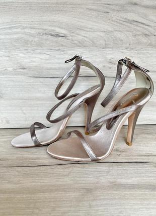 Металлик босоножки на каблуках кожаные серебрянные bourne