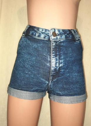 Шорти джинсовые из завышенной талией.