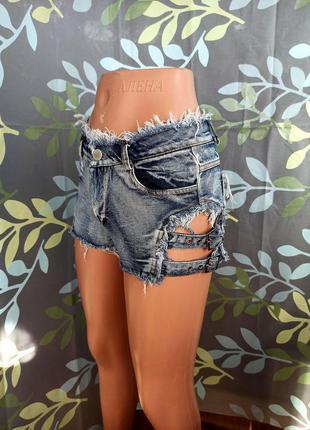 Стильные укороченные джинсовые шорты с завышенной талией и ремешками на бердах