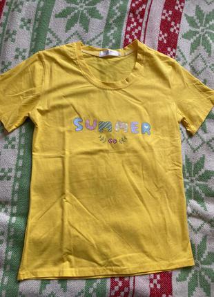 Яскрава жовта футболка
