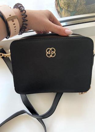 Вместительная сумочка чёрного базового цвета с золотой фурнитурой много отделений и кармашков