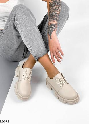 Кожаные туфли на шнурках светло бежевые. лоферы кожаные