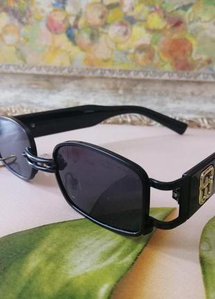 Чёрные солнцезащитные очки унисекс с пирсингом в металлической оправе