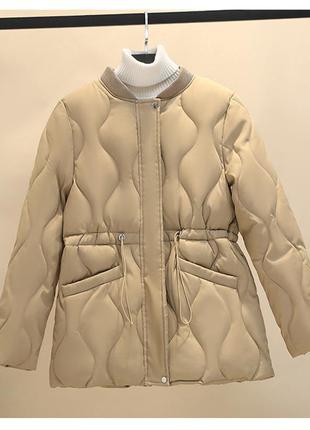 Актуальная стеганная бежевая кемел теплая куртка без капюшона на кулиске с завязками на талии