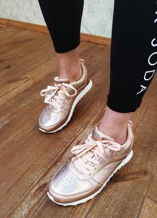 Голограммные кроссовки.