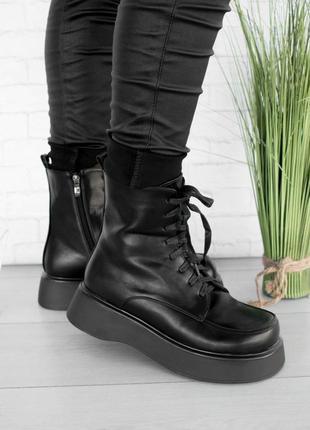 Стильные черные осенние деми ботинки на платформе толстой подошве шнуровке модные хит