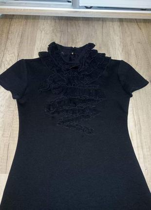 Маленькое черное платье с жабо