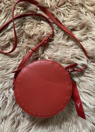 Круглая красная сумка