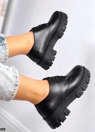 Женские кожаные чёрные туфли на тракторной подошве лоферы