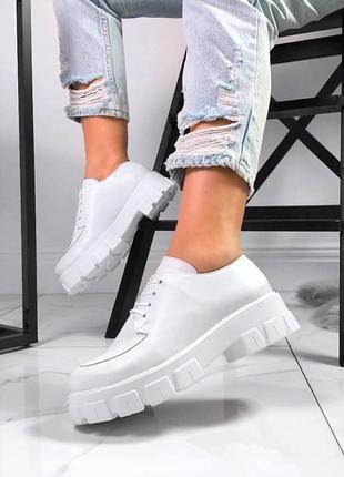 Женские кожаные белые  туфли на тракторной подошве лоферы