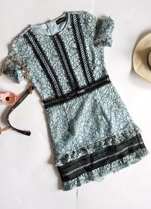 Prettylittlething блакитна ажурна мереживна сукня з рюшами