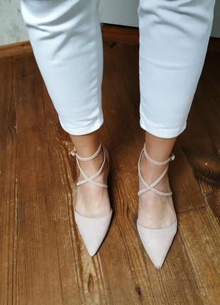 Стильные пудровые туфельки с ремешками.