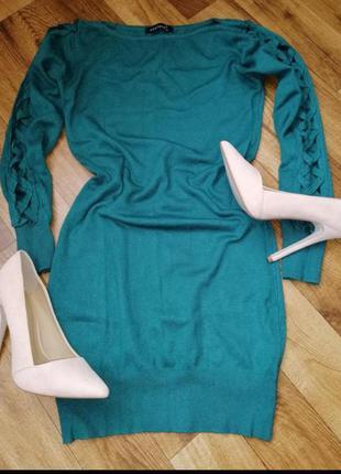 Трикотажное зелёное платье с красивым рукавом