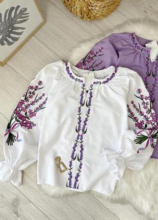 Женская вышиванка белого цвета с букетом на рукавах