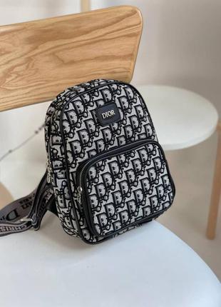 Топовый рюкзак от dior!!!! лёгкий и удобный в носке, а так же отлично дополнит любой летний образ