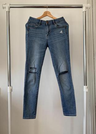 Голубые джинсы с порезами на коленях reserved