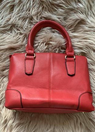 Красная сумка на коротких ручках