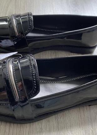Новые, лаковые лоферы bershka. указан размер 38, на узенькую ножку. по стельке 24,5см.