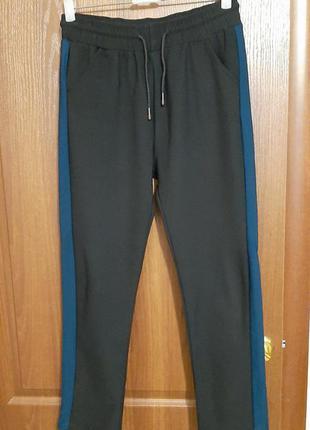 Трикотажные штанишки с лампасами размера 48-50.
