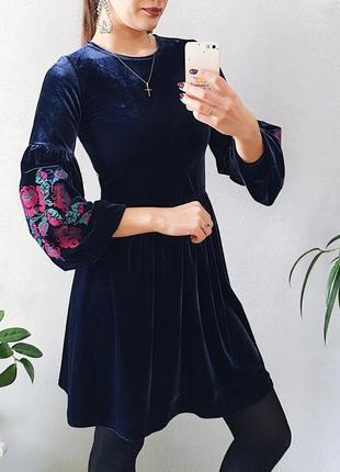 Шикарное бархатное платье с вышивкой