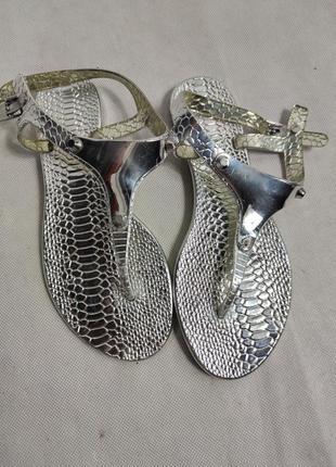 Нереально красиві срібні босоніжки